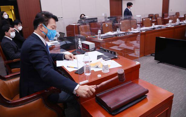 송영길 외교통일위원장이 국회 상임위서 대북 전단 금지법을 통과시키고 있다. /연합뉴스