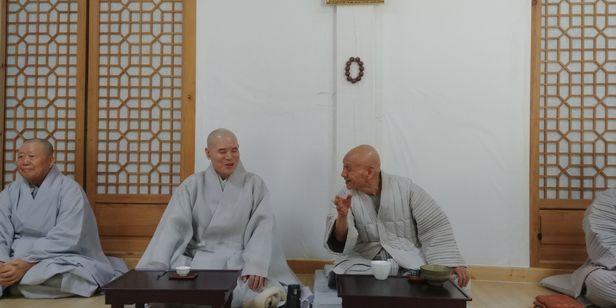 2018년 3월 1일 동안거 해제 후 오현 스님(오른쪽)이 자승 스님과 안거 때 일화를 이야기하고 있다. /김한수 기자