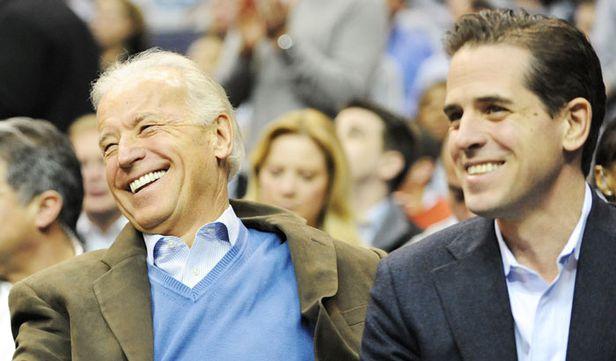 조 바이든(왼쪽) 전 부통령과 아들 헌터 바이든이 2010년 미 워싱턴DC에서 열린 대학 농구 시합을 관람하며 웃고 있다.