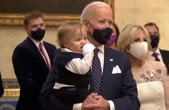 조 바이든 미국 대통령이 지난 20일(현지 시각) 백악관에서 생후 8개월된 막내 손자 '보'를 안고 있다. /게티이미지