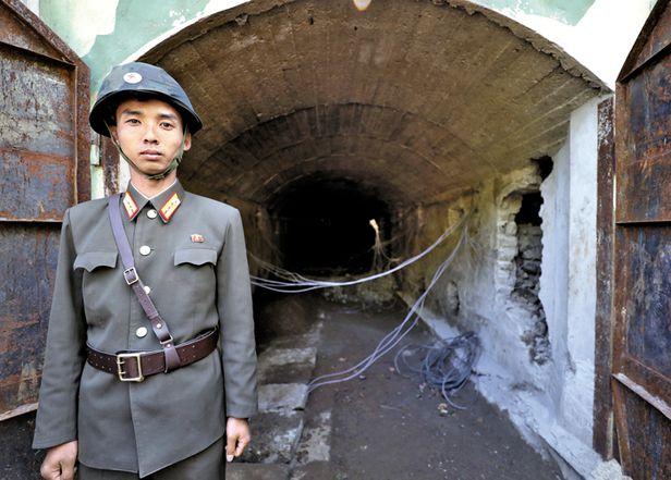 2018년 북한 풍계리 2018년 5월 24일 북한 풍계리 핵실험장 폐쇄를 위한 폭파 작업 당시 갱도 앞을 지키고 있는 북한 군인. 북한은 21세기의 유일한 핵실험 국가다. /사진공동취재단