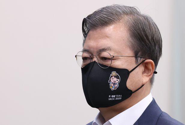 문재인 대통령이 17일 오전 청와대에서 열린 국무회의에서 국기에 경례하고 있다. 문 대통령은 권익위가 다음달 열리는 제19차 반부패회의를 위해 제작한 마스크를 착용했다. 마스크에는 '청렴'이란 단어가 적혀 있다./연합뉴스