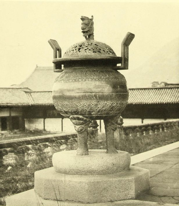 조선고적도보 10권(1930년)에 나온 근정전 향로. 뚜껑이 있다.