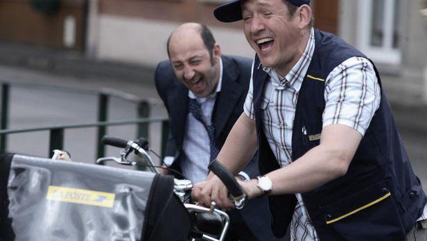 영화 '알로슈티' 주인공 필립(왼쪽)과 앙투안이 대낮부터 술을 마시고 우편 배달을 가는 모습./넷플릭스