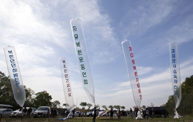 2016년 4월 29일 경기도 파주 임진각 인근에서 탈북자 단체 회원들이 대북전단을 날리고 있다./김지호 기자
