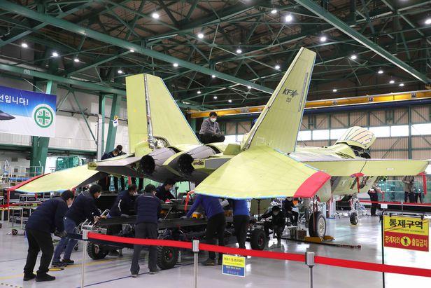El primer prototipo de caza coreano (KF-X) ha sido equipado recientemente con dos motores. El primer prototipo del KF-X se lanzará a finales del próximo mes. / Defensa diaria