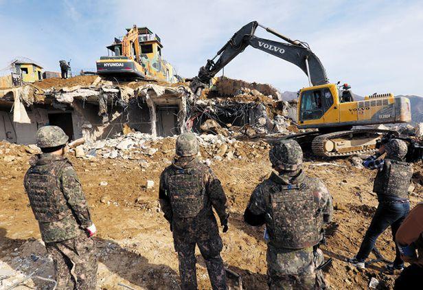 군 장병들이 지난 2018년 11월 '9·19 군사 합의'에 따라 강원도 철원 GP를 철거하고 있다. /사진공동취재단