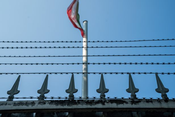 12일(현지 시각) 독일 베를린 주재 이란 대사관 내에 이란 국기가 펄럭이고 있다. (기사 내용과 직접적 관련 없음.) / EPA 연합뉴스