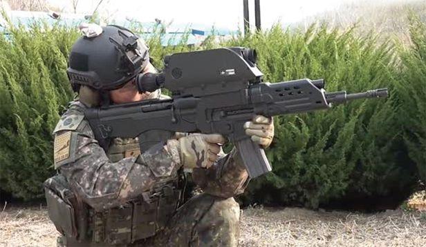 소총탄과 20mm 공중폭발탄을 같이 사용할 수 있는 한국군 K-11 복합형 소총. 잇딴 사고 등으로 실전배치 및 양산이 취소돼 육군 분대 전투력  약화가 우려되고 있다. /유용원의 군사세계