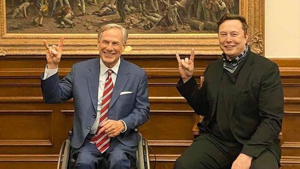 지난해 말 텍사스로 개인 주소지를 옮기고 트럭 공장도 세우기로 한 일론 머스크 테슬라 CEO(오른쪽)가 그렉 애벗 텍사스 주지사와 만나 테슬라를 상징하는 손 모양을 함께 들어보이고 있다. /그렉 애벗 주지사 페이스북