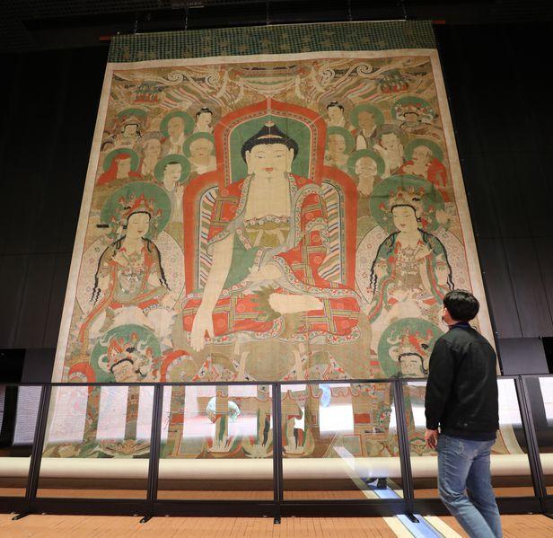 서울 서소문성지역사박물관에 특별 전시된 '화엄사 영산회 괘불탱'을 13일 한 관람객이 바라보고 있다. 진본은 약 40일간 전시된다. /남강호 기자
