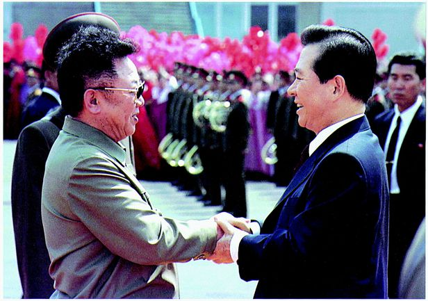2000년 6월 13일, 평양 순안공항에 도착한 김대중 대통령 김정일 국방위원장이 반갑게 맞이하고 있다./조선일보 DB