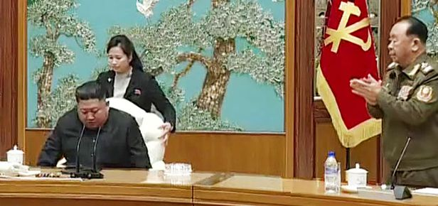 25일만에 등장한 김정은, 의자 밀어주는 현송월 - 김정은(왼쪽 앞) 북한 국무위원장이 15일 노동당 중앙위원회 본부청사에서 정치국 확대회의를 주재하기 위해 자리에 앉고 있다. 현송월 당 선전선동부 부부장이 김정은의 의자를 잡아주고 있다. /조선중앙TV