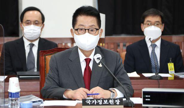 박지원 국정원장이 24일 서울 여의도 국회에서 열린 정보위원회 전체회의에 참석하고 있다./이덕훈 기자