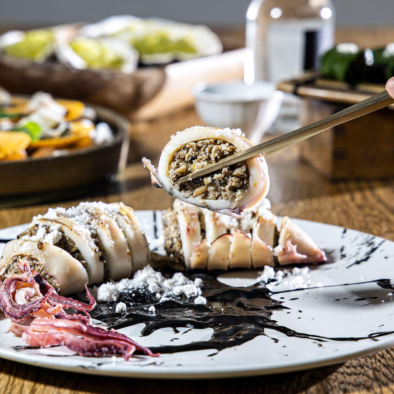 냉동 만두로 꽉~ 채운 통오징어<br>양파 올린 가리비도 '꿀맛 안주'