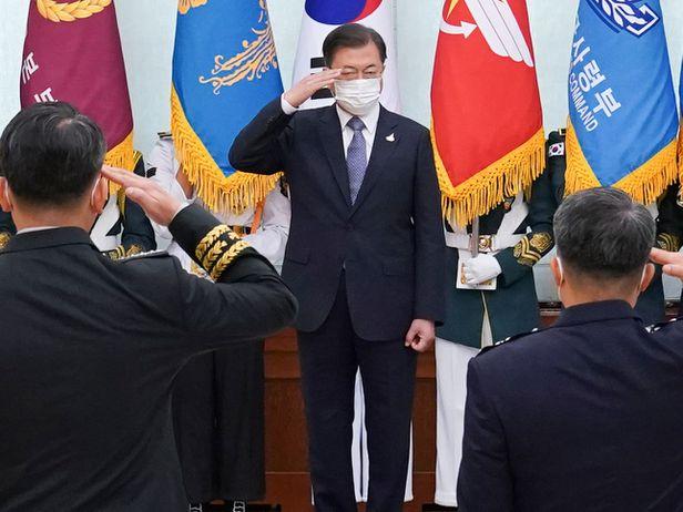 문재인 대통령이 23일 오전 청와대에서 군 장성 진급 및 보직 신고식에 참석해 경례를 받고 있다. /뉴시스