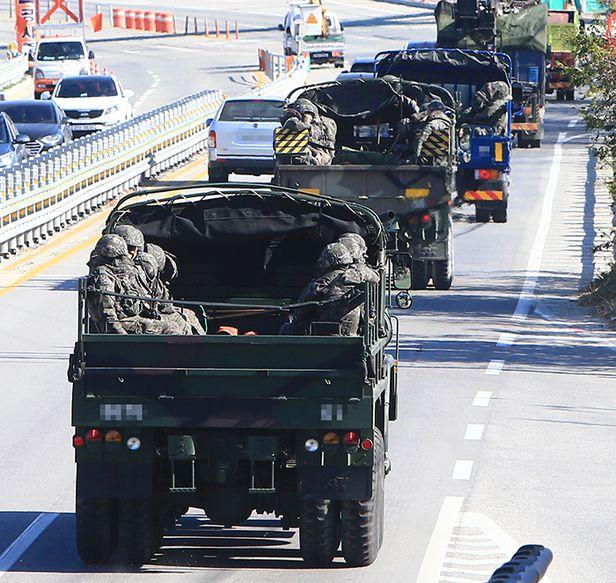 군 병력들이 4일 강원도 동부 전선의 군사분계선(MDL) 철책을 넘어온 북한 남성에 대한 수색 작전을 마치고 부대로 복귀하고 있다. 이 남성은 14시간여 만에 민통선 지역에서 군에 발견됐다. /연합뉴스
