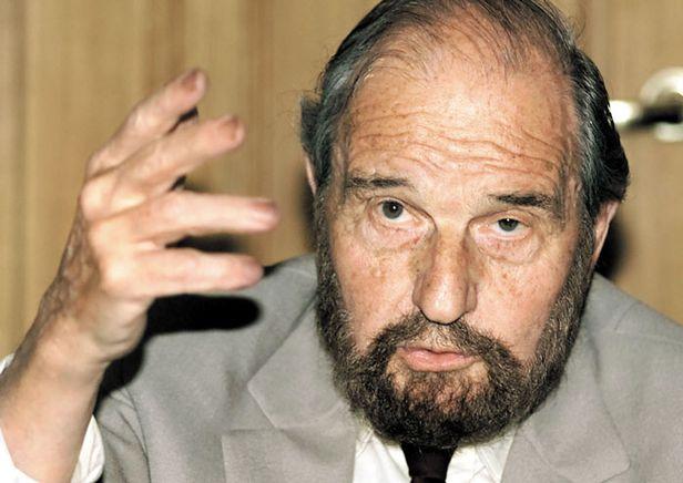 영국과 구소련의 이중간첩이었던 조지 블레이크가 2001년 6월 28일 모스크바에서 기자회견을 하고 있다. 러시아 대외정보국(SVR)은 블레이크가 26일(현지 시각) 98세로 사망했다고 밝혔다. /로이터 연합뉴스