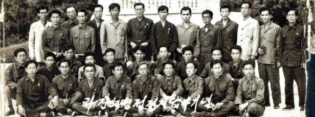1960~70년대 조업 중 납북된 어부 31명이 1985년 북한에서 찍은 단체사진. 강원도 원산에서 집단 교육을 받던 도중 함경북도 '라진혁명전적지'를 답사했을 때 촬영한 것으로 납북자가족모임 측이 2008년 입수했다. 앞줄 맨 왼쪽에 앉아있는 인물이 지난 4일 코로나로 사망한 천왕호 선원 윤종수씨다. 윤씨는 납북 33년 만인 2008년 탈북했지만 이 과정에서 딸과 헤어졌다. /납북자가족모임