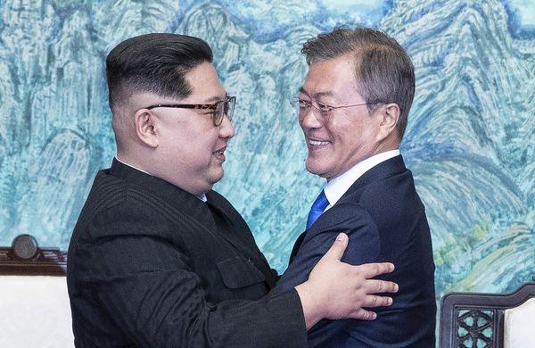 문재인 대통령과 김정은 국무위원장이 27일 오후 경기도 파주 판문점에서 '판문점 선언문'에 사인한 뒤 서로 포옹하고 있다./한국공동사진기자단