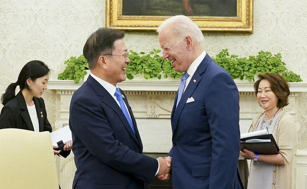 문재인 대통령이 21일 오후(현지시간) 백악관 오벌오피스에서 열린 소인수 회담에서 조 바이든 미국 대통령과 대화하고 있다. /연합뉴스