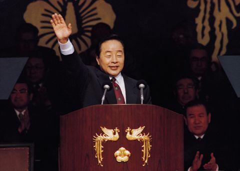 1993년 2월 25일 국회 앞 광장에서 열린 제14대 대통령 취임식에서 김영삼 대통령이 손을 들어 박수에 답례하고 있다./조선일보 DB