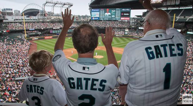 (오른쪽부터)빌 게이츠의 아버지 게이츠 시니어, 빌 게이츠 마이크로소프트 창립자, 빌게이츠의 아들 로리 게이츠. 3대가 모여 야구 경기를 관람하고 있다./게이츠노트