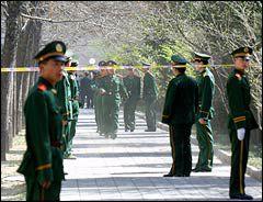 지난 2002년 탈북자 25명이 난민 인정과 한국으로 보내줄 것을 요구하고 있는 중국 베이징의 스페인대사관 앞 길에서 14일 중국 경찰들이 행진하며 삼엄한 경계를 펴고 있다./연합뉴스