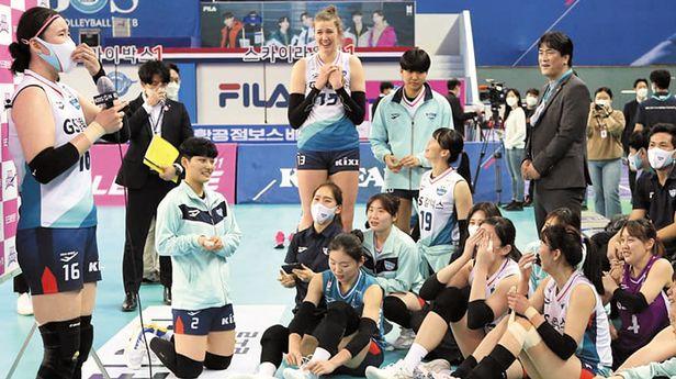 GS칼텍스 선수단은 지난 5일 흥국생명전이 끝나고 김유리(왼쪽)가 MVP 인터뷰를 하자 다 같이 모여 그 장면을 지켜봤다. /GS칼텍스