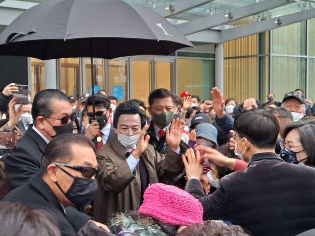 지난달 28일 서울 여의도 현대백화점 앞에서 지지자들에게 둘러싸여 선거 유세 중인 국가혁명당 허경영 후보(사진 가운데). /권승준 기자